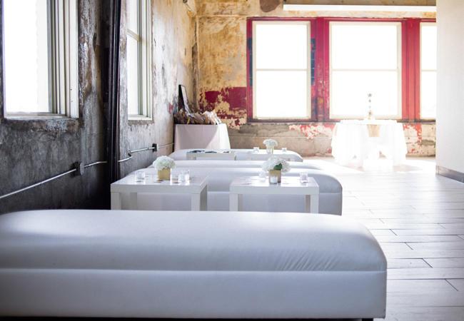 boda moderna con salas llounge estilo industrial
